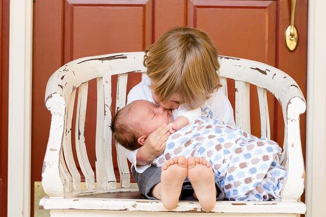 Un grand frére avec un bébé
