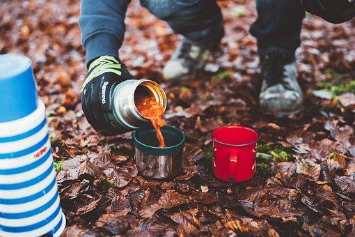 Se sevir des boissons chaude en camping avec un mug isotherme