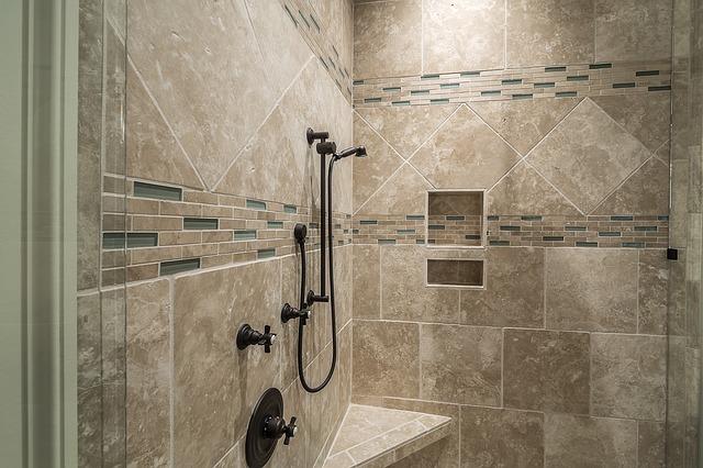 Une douche avec des beau carreau bien installés